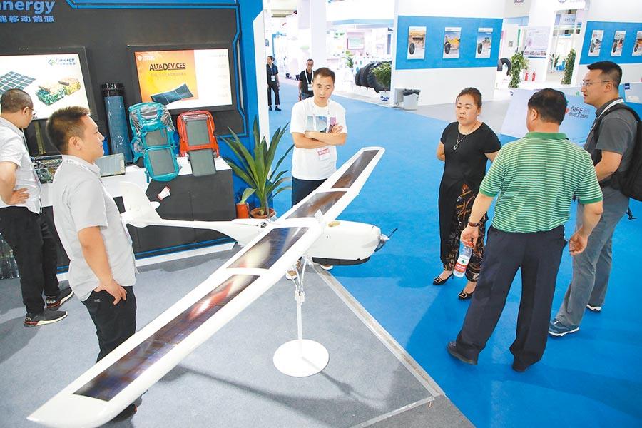 7月26日,貴陽工業產品博覽會開幕,民眾參觀無人機等工業產品。(新華社)
