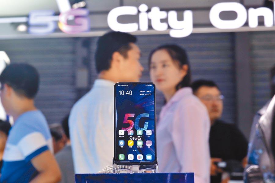6月26日,2019年世界移動通信大會在上海召開。全球各大終端廠商紛紛展示5G終端設備,圖為陸企發布5G手機。(中新社)