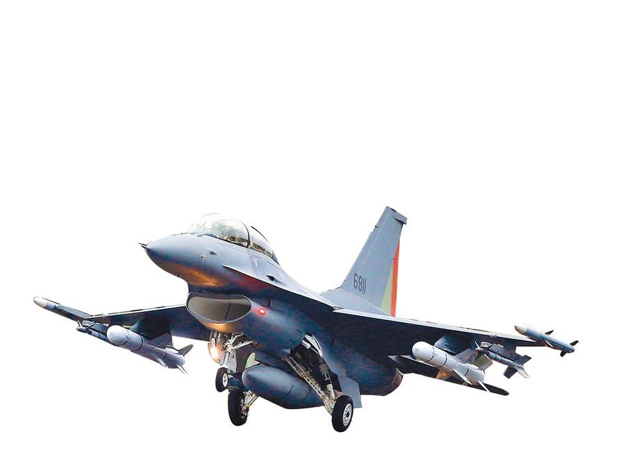 今年「漢光35演習」彰化戰備道起降操演,完成性能改良的編號6811的F-16V亮相。(本報系資料照片)