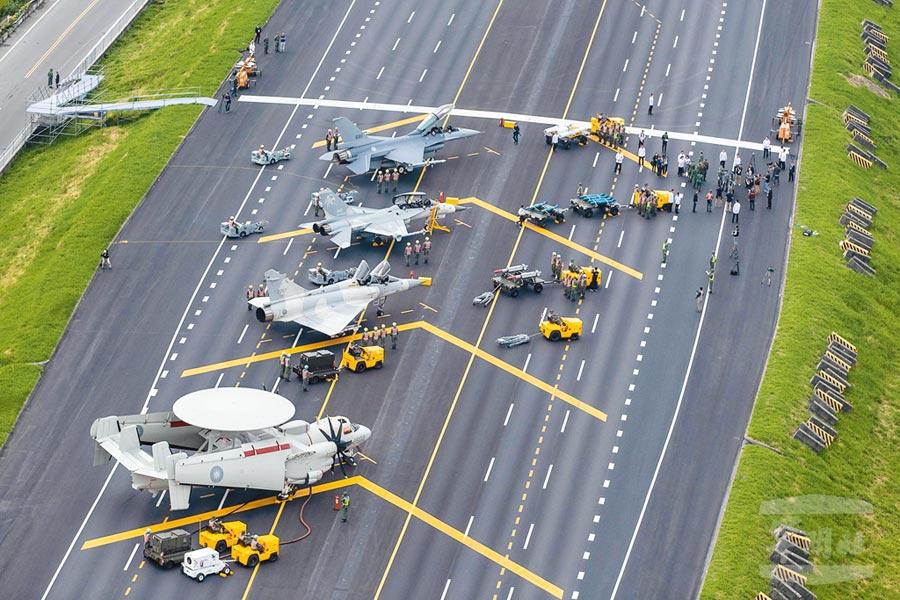 5月28日,「漢光35號演習」彰化戰備道起降實兵操演,空軍F-16V、IDF經國號、幻象2000戰機及E-2K空中預警機等型機亮相。(軍聞社提供)