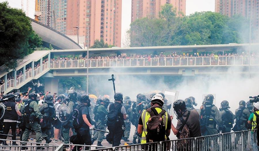 香港示威者27日集結於元朗與警方對峙。(取自香港文匯網)