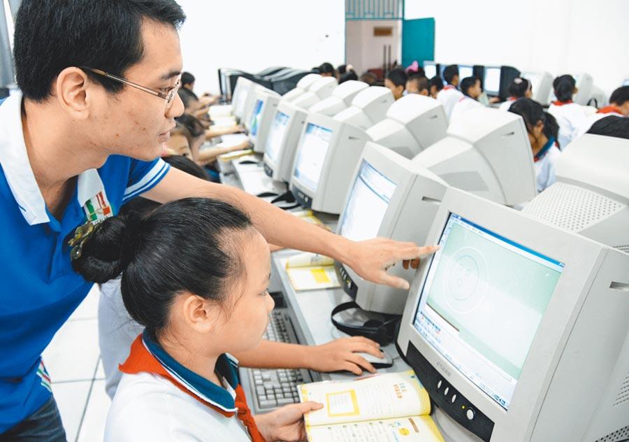 大陸兒少程式設計教育市場熱,但師資缺乏。(新華社)