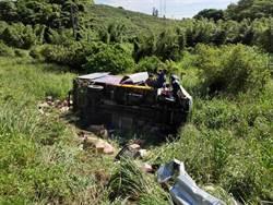 小貨車翻落國道台南10米邊坡 司機斷肢