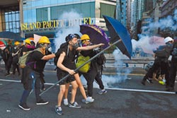 港警強勢清場 示威者縱火