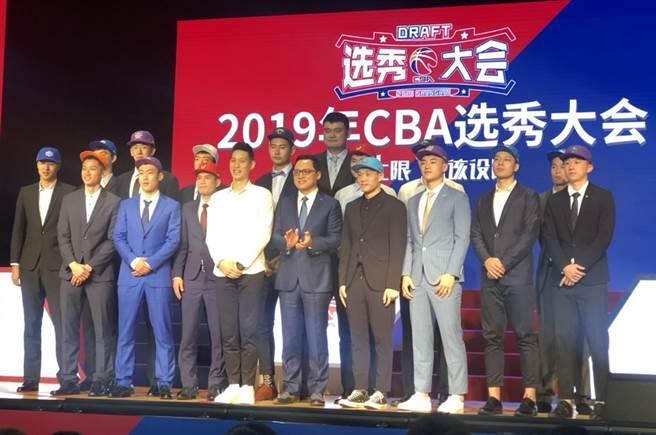 林韋翰站在今年CBA選秀嘉賓林書豪身邊相當顯眼。(匯傑國際行銷提供)