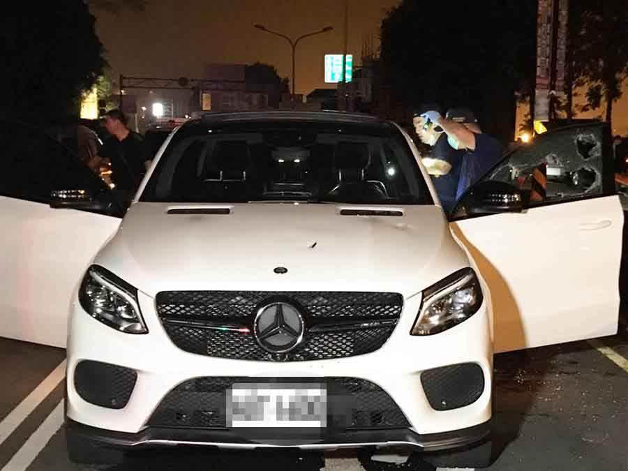 槍戰中駕駛座旁的車窗玻璃明顯可見至少被擊中3槍,引擎蓋也可見跳彈痕跡,全案漏夜正由警方採證及擴大偵辦中。(楊樹煌攝)
