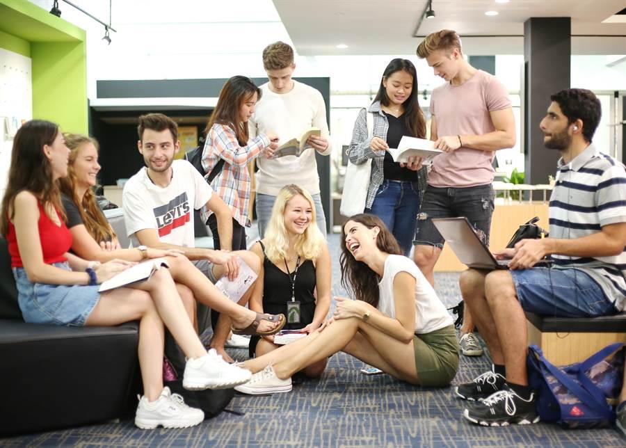 靜宜大學透過「全球移動MBA三聯學制」,學生能直接瞭解亞洲、歐洲、美洲等地的現況,並學習解決不同區域的問題。(陳世宗翻攝)