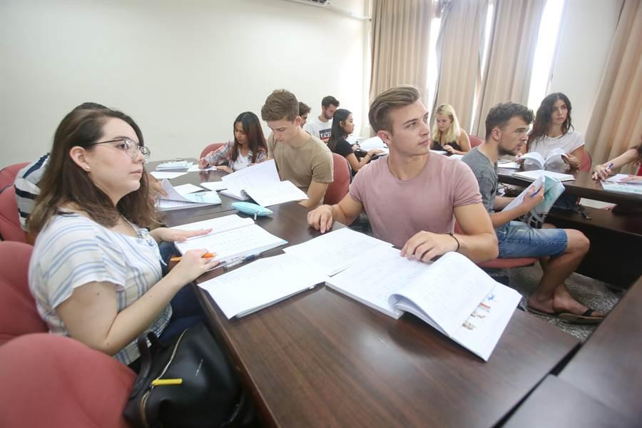 靜宜大學「三聯學制」不僅能培育全球化國際管理人才,對學生未來人際網絡、職涯發展都有很大助益。(陳世宗翻攝)