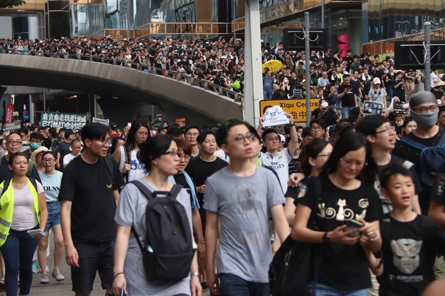 港網民發起反送中遊行人數較預期多 香港網民7日持續發起「反送中」遊行,地點是針對陸客最多的尖沙咀旅遊區,大批民眾響應參加,人數較預期多。(圖/中央社)