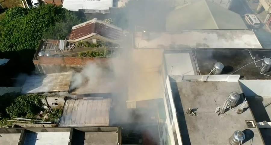 後龍鎮29日上午8點多發生住宅火警,濃煙竄出,苗栗縣消防局趕抵灌救撲滅火勢。(何冠嫻翻攝)
