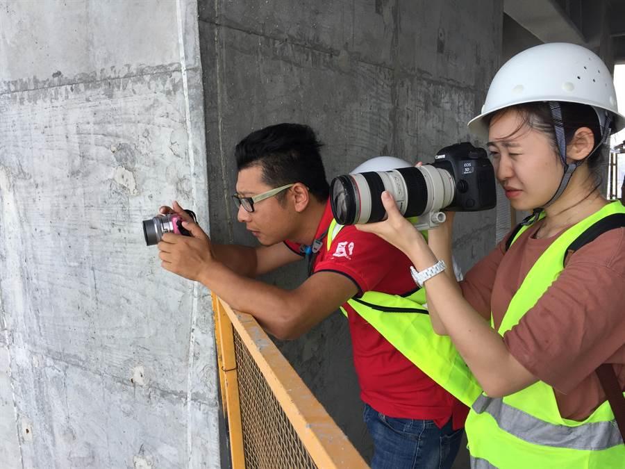 佛光大學黃思瑜(右)跟著長江日報陳亮記者(左)從高樓俯拍整個武漢。(楊宜臻攝)