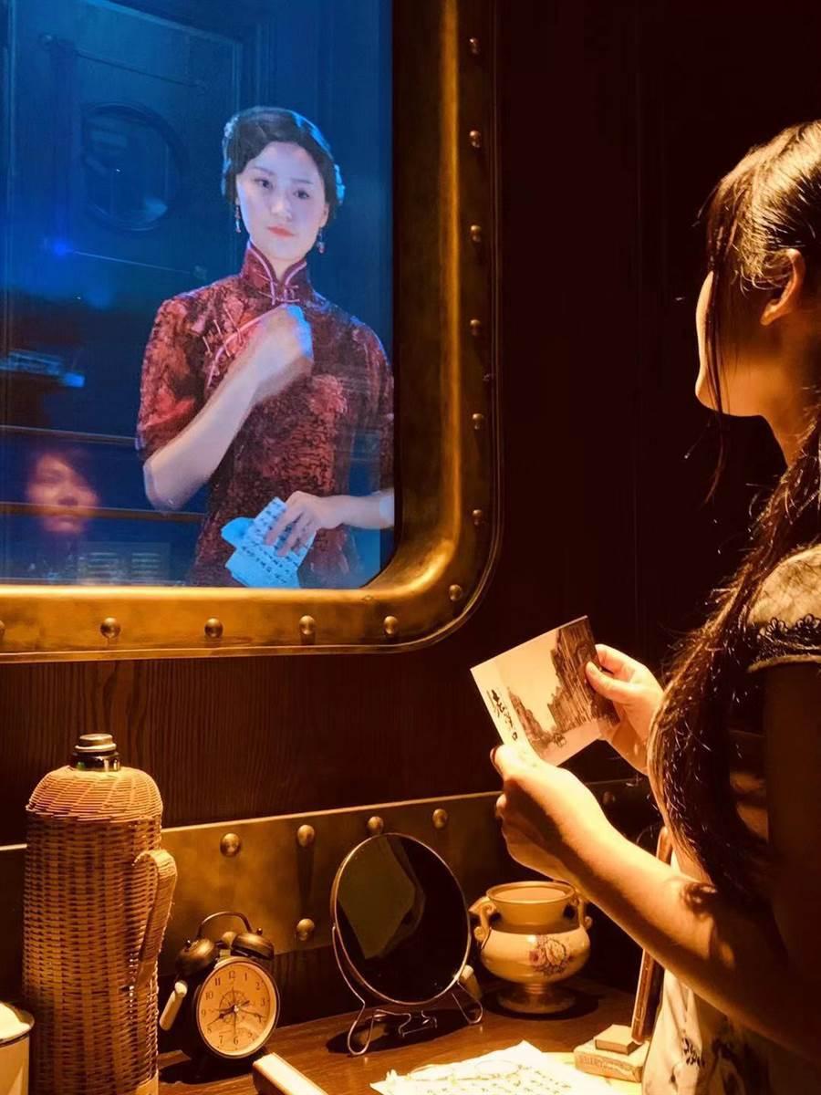 台灣學員穿著旗袍乘坐知音號,彷彿回到當時的年代。(廖珮玲提供)