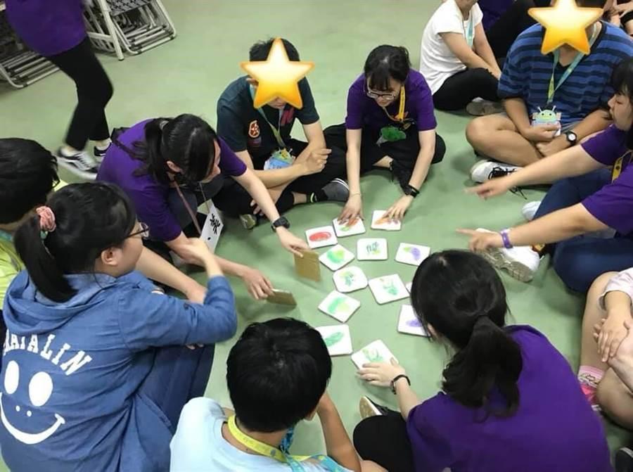 長庚科大志工們規畫有趣的團康小遊戲,訓練星兒們團隊合作、動作協調等能力。(教育部提供)