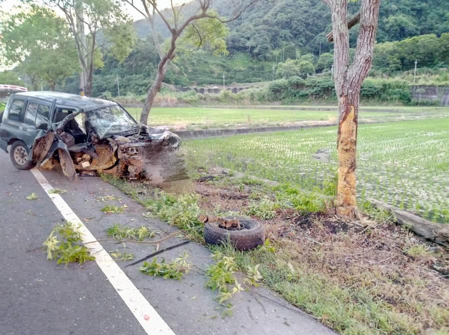 今早5時許於193縣道玉里106.2k處發生駕車自撞路樹意外,兩人在救護隊到場前已自行於車內脫困,經治療後,送往玉里慈濟醫院。(消防局玉里分局提供)