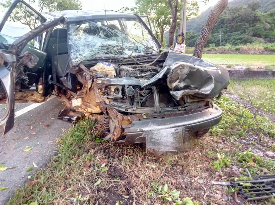 車輛撞擊路樹後,車頭嚴重變形全毀,可見撞擊力道之大。(消防局玉里分隊提供)