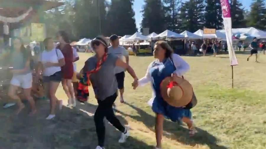 美國加州大蒜節(Gilroy Garlic Festival)28日閉幕前突然槍響大作,目前已知3人死亡、15人受傷,其餘參與盛會的民眾拔腿狂奔。(圖/路透社)