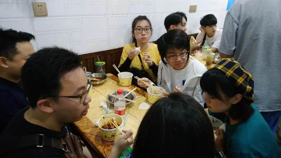 台灣青年在武漢攝影老師的陪伴下體驗武漢道地早餐文化。(王筱安攝)