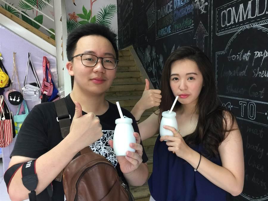 中國科技大學胡景為與台灣藝術大學李書儂,品嚐老漢口酸奶,讚不絕口!(楊宜臻攝)