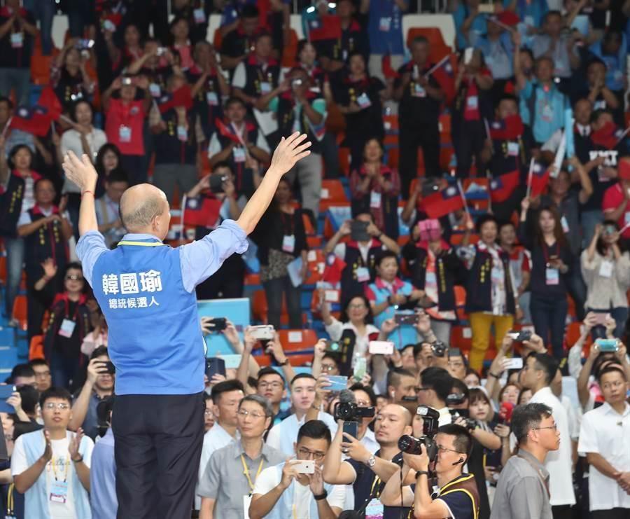 中國國民黨第20屆第3次全國代表大會28日在新北市板橋體育館舉行,全代會正式通過韓國瑜(見圖)為國民黨總統參選人後,韓國瑜上台向黨代表們揮手致謝。(資料照,劉宗龍攝)