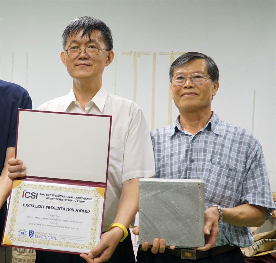 大葉大學工工系主任鄧志堅(左)帶領環工系博士生林騰萱(右),研究輕量化漂浮水泥,實驗室中研發出來的密度僅0.5,質地非常輕巧 。(謝瓊雲翻攝)