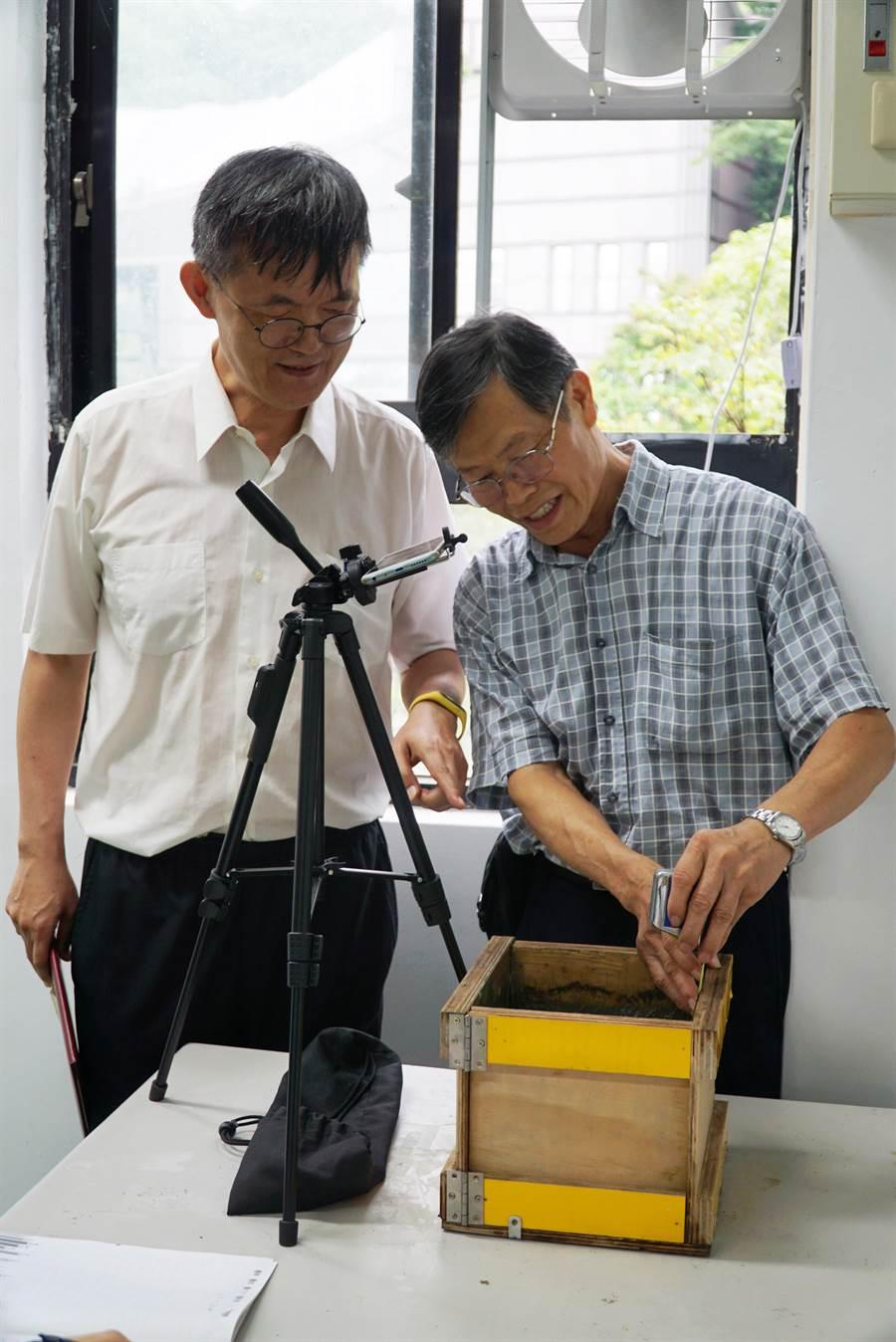 大葉大學工工系主任鄧志堅(左)指導博士生林騰萱(右)做實驗。(謝瓊雲翻攝)