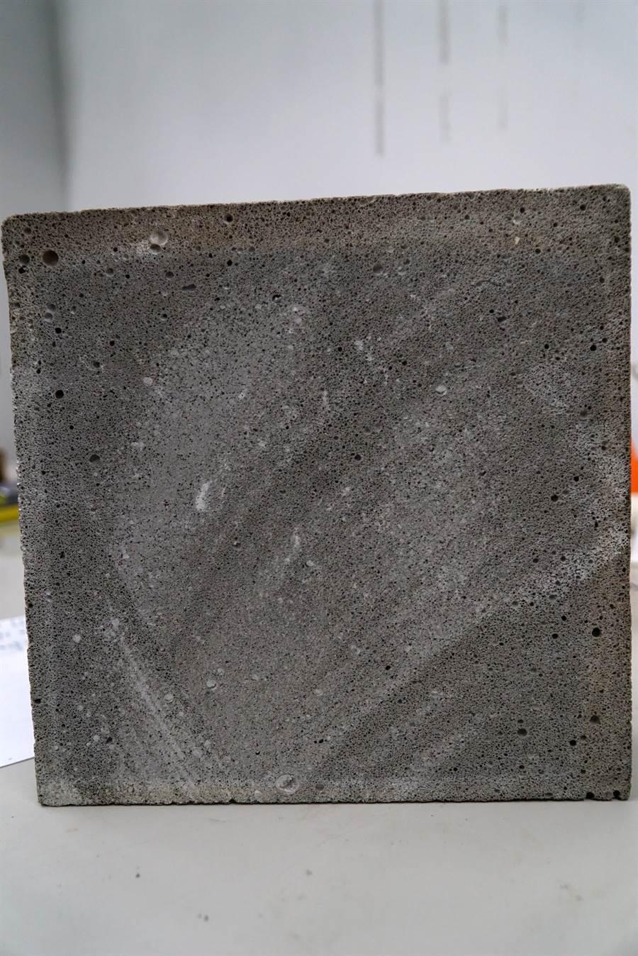 大葉大學工學院研發的漂浮水泥密度低,密度僅0.5,非常輕巧 。(謝瓊雲翻攝)