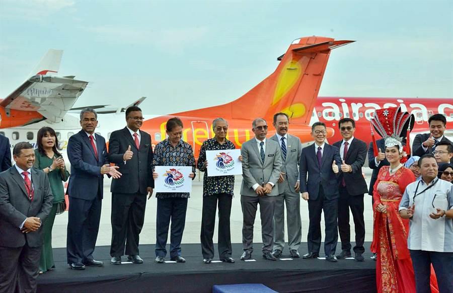 夏普(Sharp)與馬來西亞旅遊局簽署合作夥伴備忘錄(MOU),就「2020馬來西亞旅遊年」(Visit Malaysia 2020)達成深度合作意向,馬來西亞首相馬哈迪(中)親臨現場力挺。右1為夏普馬來西亞總經理吳柏勳,右2為夏普社長室常務橋本仁宏。(圖/夏普)