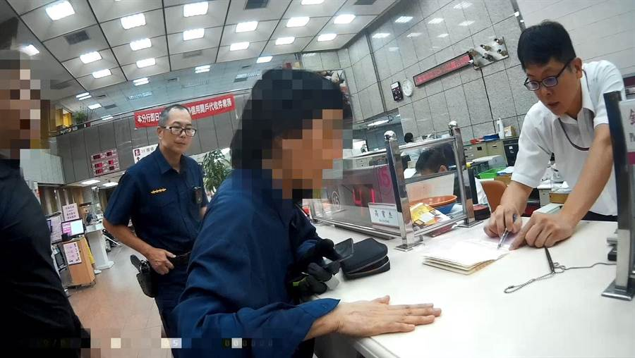 70歲陳姓婦人掉入詐騙集團陷阱,到銀行領錢,嚇得發抖。(陳淑芬翻攝)