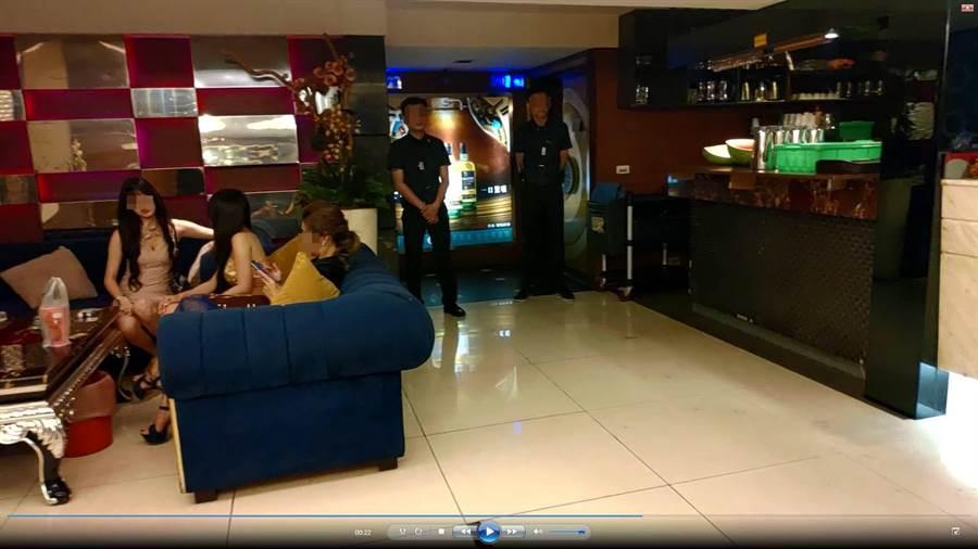警方29日衝入這家老牌的脫衣陪酒制服店,大動作帶走全部小姐與幹部。(程炳璋翻攝)