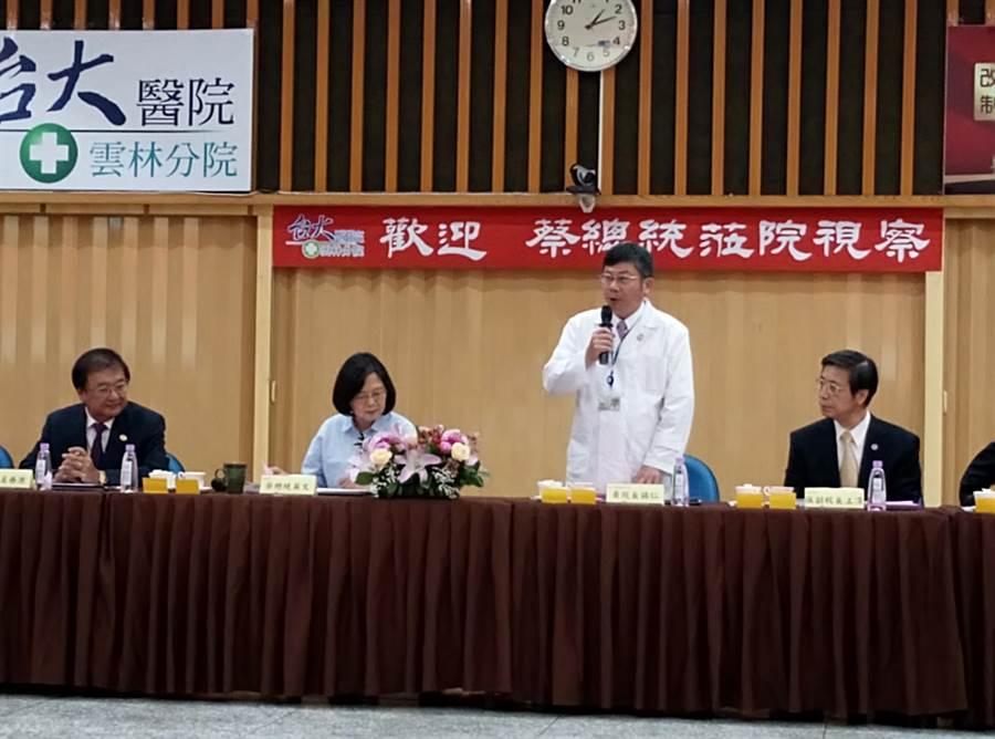 蔡英文總統(右三)視察台大醫院雲林分院,院長黃瑞仁(右二)簡報。(許素惠攝)