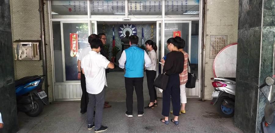 國民黨基隆市黨部今(29)日遭到基隆地方法院查封。(張穎齊翻攝)