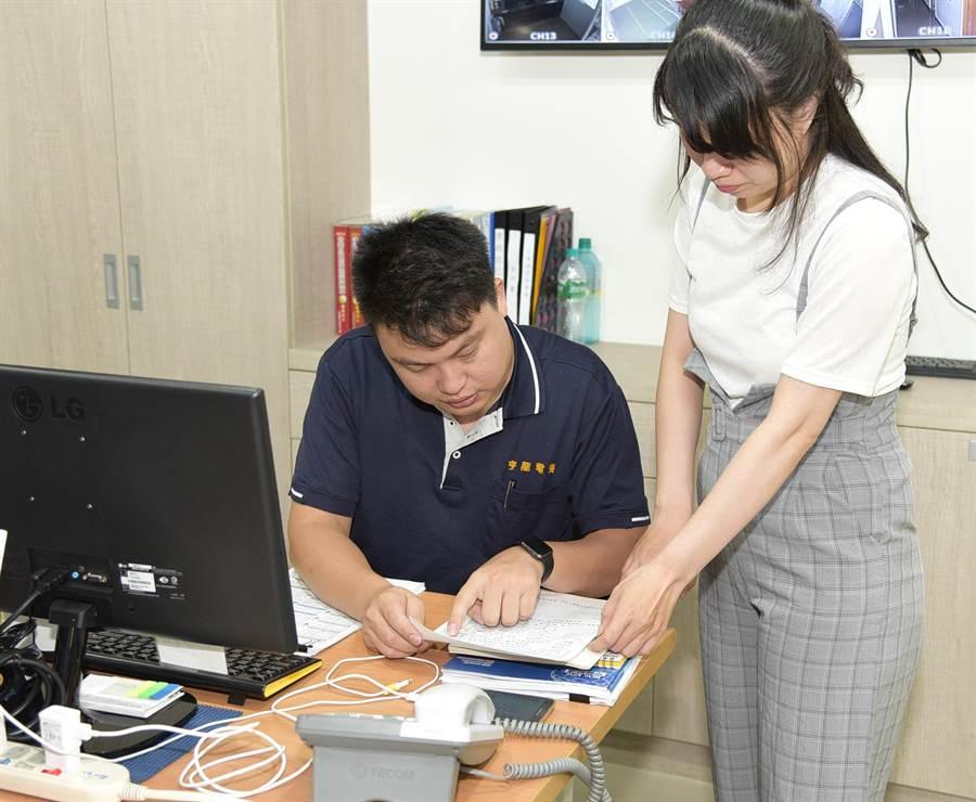 陳穩安(左)投入勞動部高分署青艦計畫,打響自我品牌成全方位管理人才。(吳江泉翻攝)