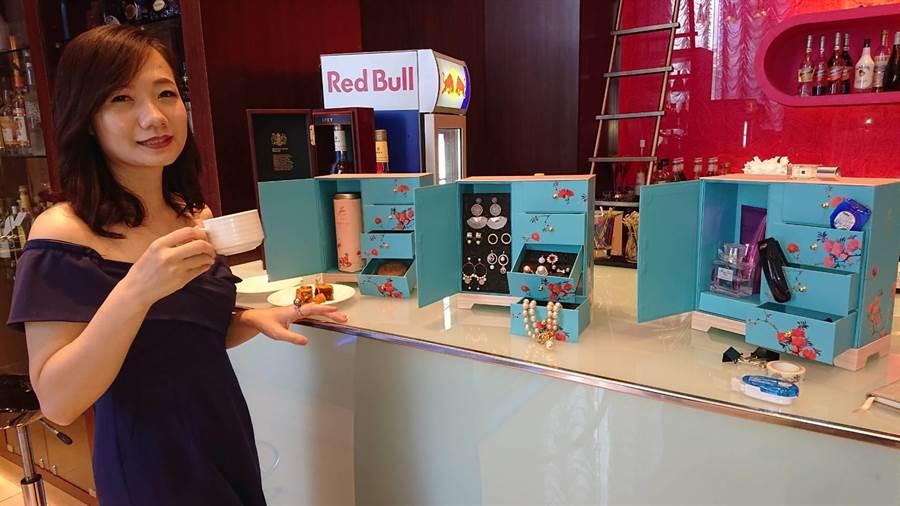 大億麗緻酒店今年的月餅禮盒設計成古代皇帝玩具盒風格,看起來更像珠寶盒。(程炳璋攝)