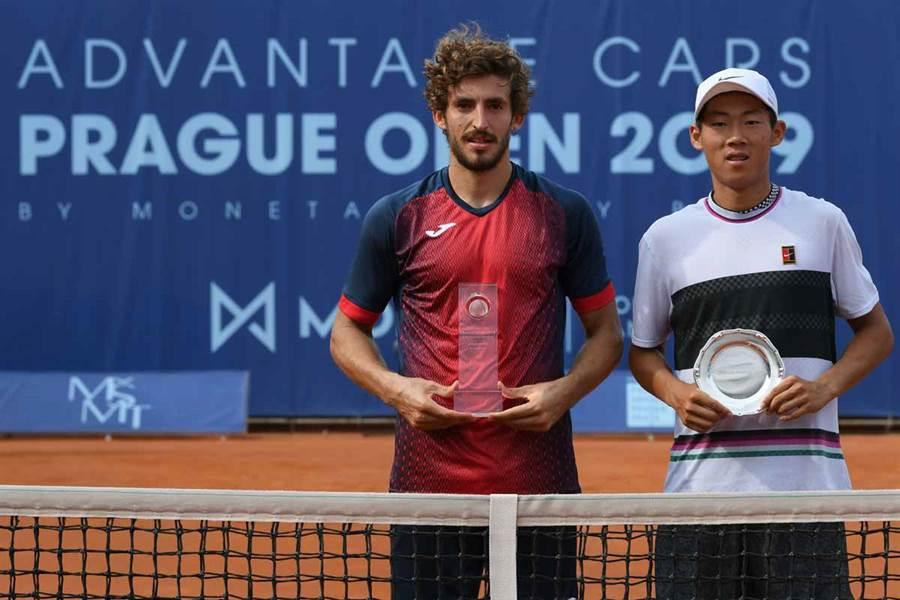 曾俊欣(右)在ATP挑戰賽布拉格站男單決賽飲恨西班牙選手馬丁尼茲,未能帶走轉戰成人職業賽首冠。(取自ATP挑戰賽官方推特)