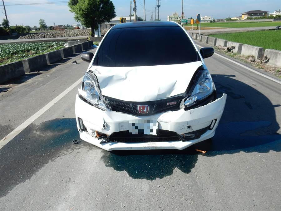 汽車車頭凹陷毀損變形。(謝瓊雲翻攝)