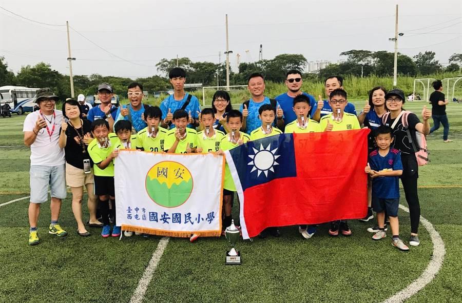 台中市國安國小足球小將亞太盃踢回冠軍,在國際賽事大放異彩。(陳世宗翻攝)