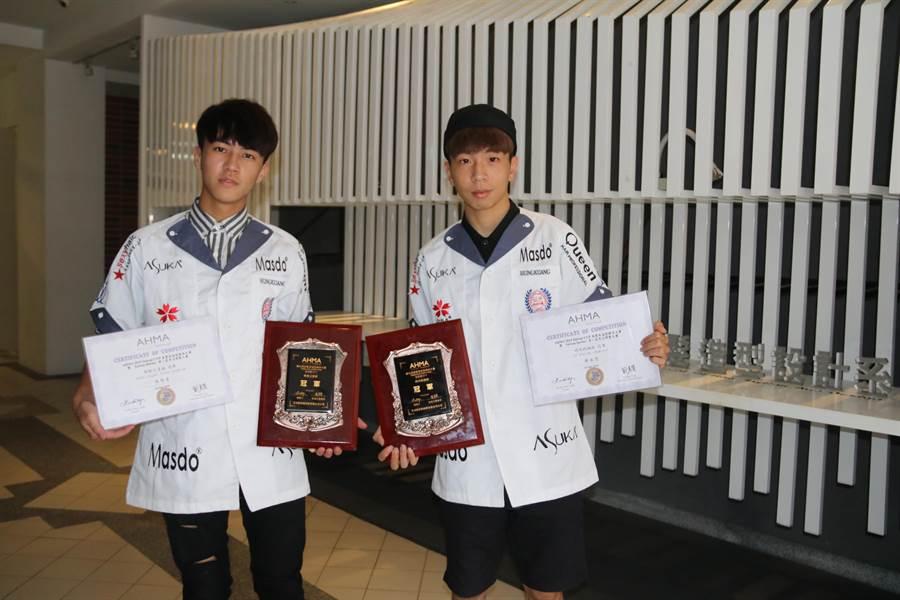 弘光大一美髮系學生施惟善(左)、陳振恩(右)在AHMA美髮賽奪冠。(陳淑娥攝)