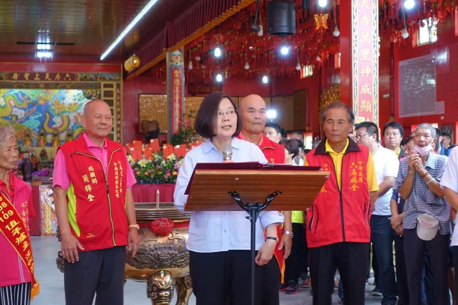 蔡英文總統參拜六房媽祖,向信徒強調唯有她當選總統才能守護台灣主權。(許素惠攝)
