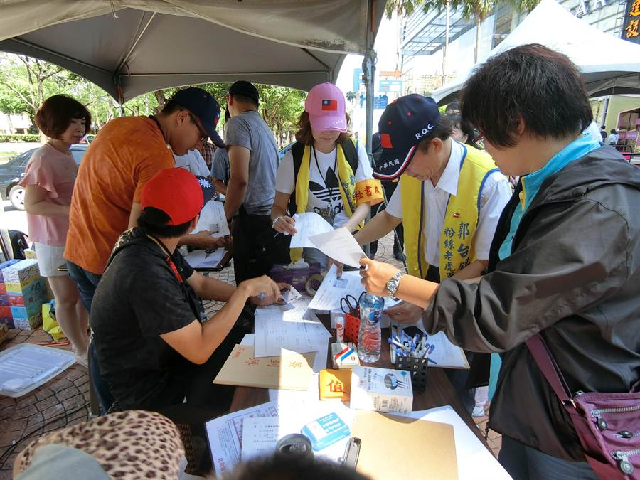 支持郭台銘的民眾強調,郭是全球知名企業家,選總統可以為台灣拚經濟。(盧金足攝)
