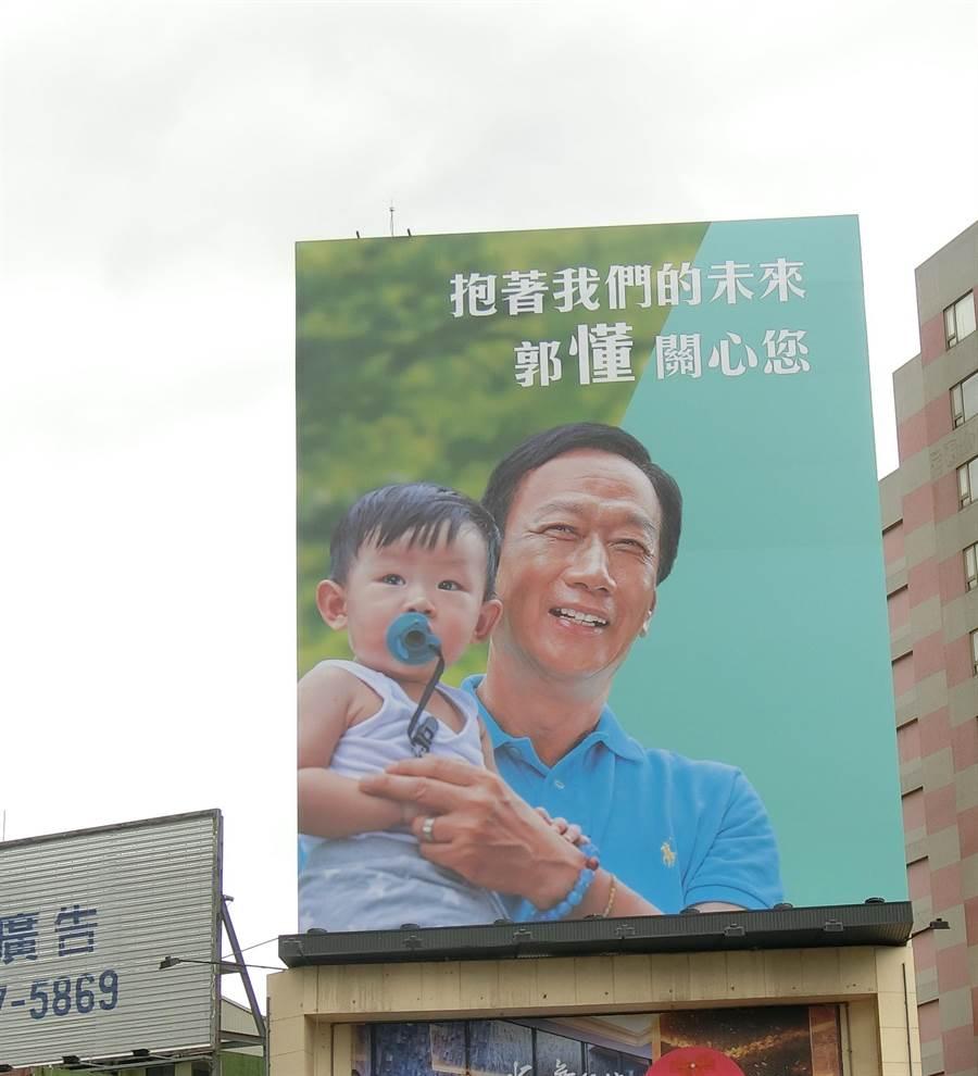鴻海前董事長郭台銘參加國民黨初選的大幅看板,還高掛在台灣大道上。(盧金足攝)