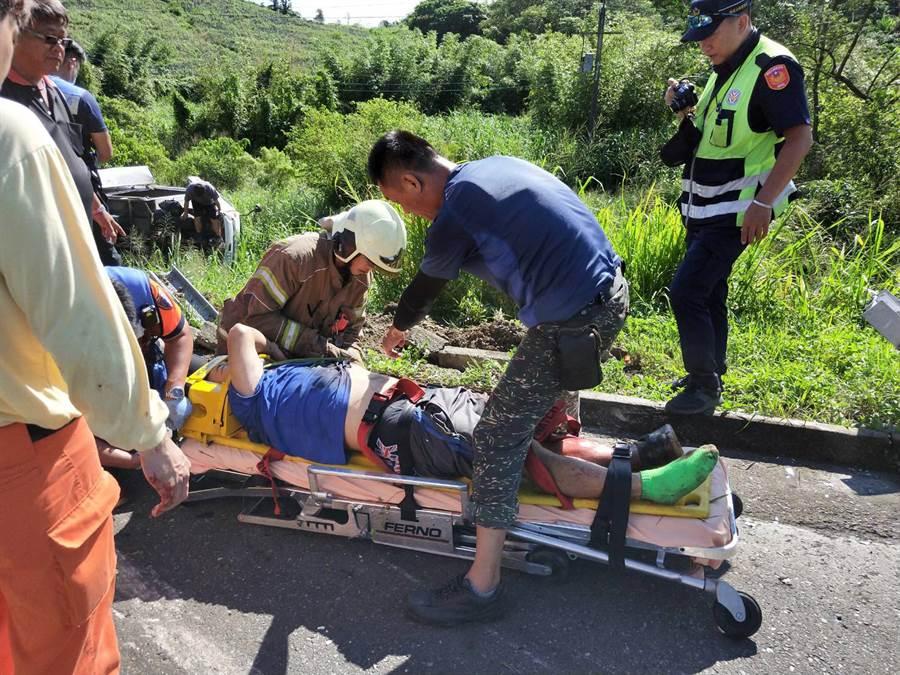 受困車內的小貨車司機被救出。(洪榮志翻攝)