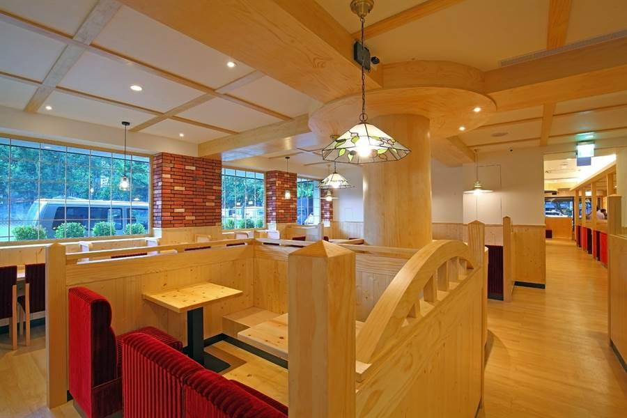 名古屋起家、去年登台的日本連鎖咖啡品牌「客美多咖啡KOMEDA's Coffee」今年起開放加盟,首間加盟店「敦南信義店」落腳台北市敦南林蔭大道旁,採自然風原木搭配紅色沙發的日式洋風設計,設有90個座席、為全台最大店點。(圖/客美多咖啡)