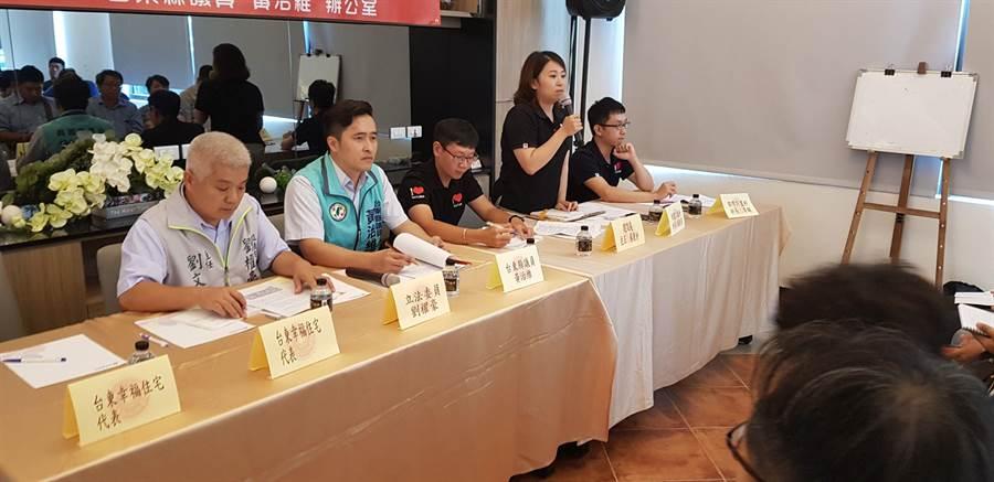 黃治維(左2)舉行幸福住宅承購人協調會。(楊漢聲攝)