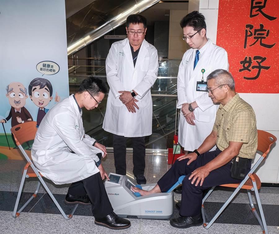 中醫大新竹醫院「父親節保骨大作戰」,8月7日40歲以上男女都可參加 「簡易超音波骨質密度檢測」免費篩檢。(羅浚濱攝)