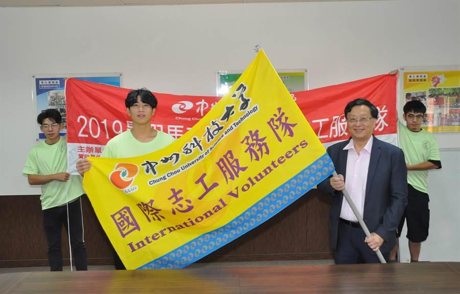 黃思倫校長(前右)授旗給中州國際志工服務隊,由志工隊長巫柏毅(前左)代表接受。(謝瓊雲攝)