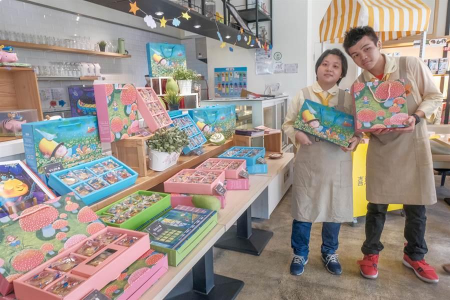 喜憨兒睽違15年再度與幾米品牌合作,推出印有幾米插畫的限量月餅禮盒。(羅浚濱攝)