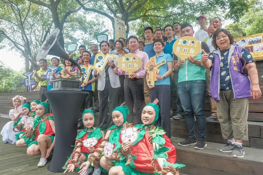 金曲歌王殷正洋(左中)演唱後,揭開今年鄧雨賢紀念音樂會系列活動序幕。(羅浚濱攝)