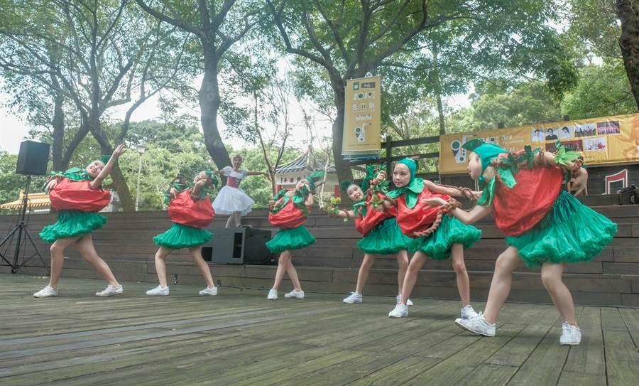 今年鄧雨賢紀念音樂會系列活動,築夢舞集編創「夏日.好客戲《哈豬妹番茄園》」的客家舞蹈音樂劇。(羅浚濱攝)