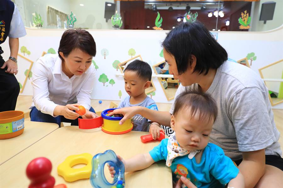 梧棲社區公共托育家園29日開幕,市長盧秀燕與孩童開心互動。(陳淑娥攝)