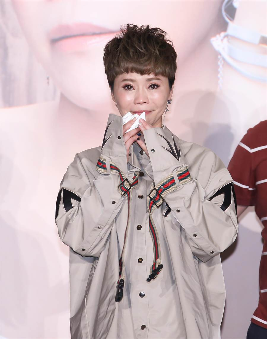 金曲台語歌后詹雅雯啟動30週年演唱會,29日在記者會上談到長期關懷個案一一去世,忍不住淚崩。記者羅永銘/攝影
